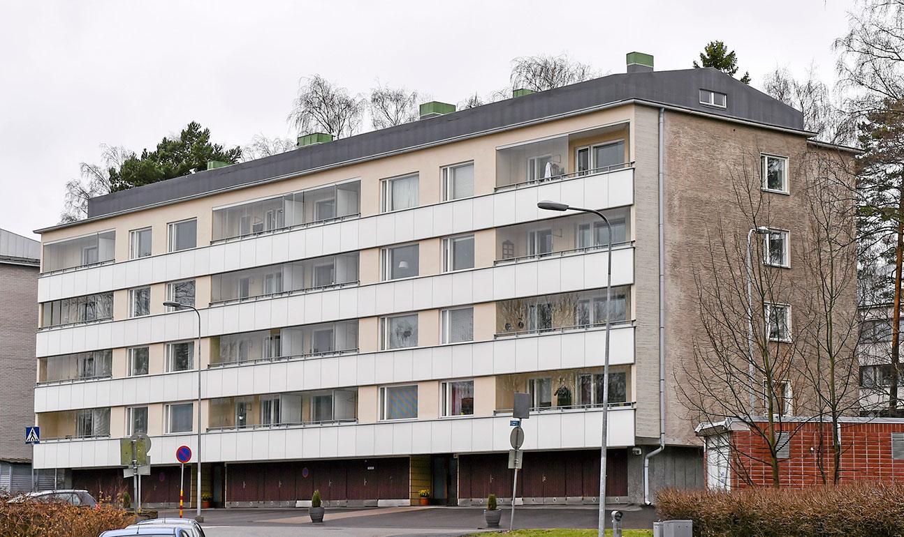 Hän on naimisissa näyttelijä Niina Nurmisen kanssa, ja heillä on kaksi lasta. He ovat asuneet vuodesta 2008 lähtien Helsingin Lauttasaaressa 119-neliöisessä kerrostaloasunnossa. Lukaalissa on viisi huonetta, keittiö, halli ja parveke.