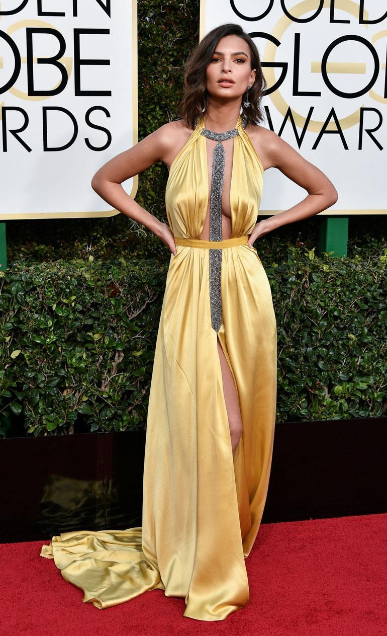 Malli-näyttelijä Emily Ratajkowski, 25, nähtiin Reem Acran seksikkäässä juhla-asussa, mutta Sports Illustratedin malli olisi voinut näyttää puvulle enemmän silitysrautaa.
