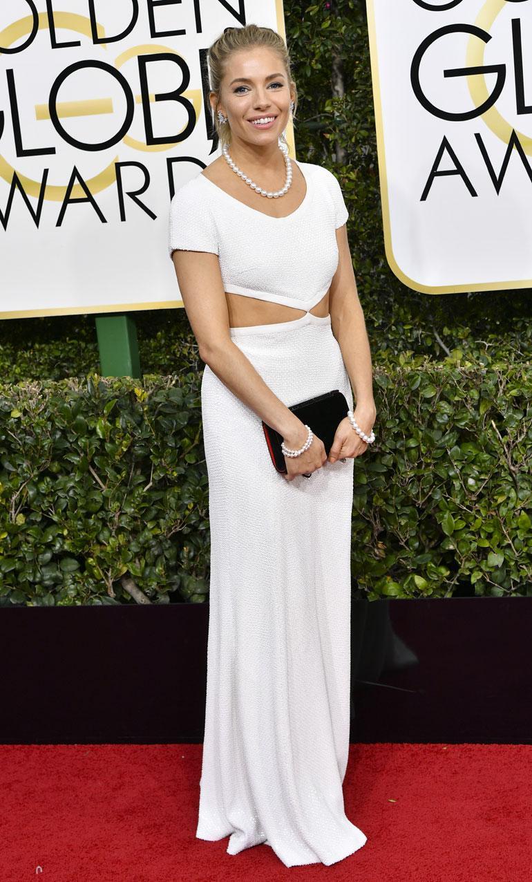 Näyttelijä Sienna Miller, 35, nähtiin Michael Korsin valkoisessa puvussa ja Tiffanyn koruissa.