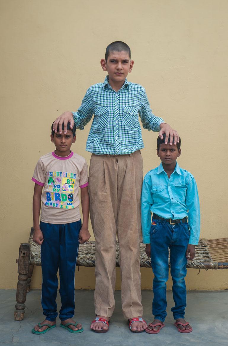 Karan Singh kahden ystävänsä kanssa.