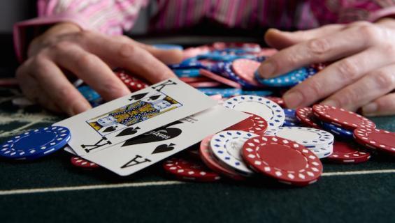 Mies ryösti pankin voidakseen jatkaa blackjack-peliään.