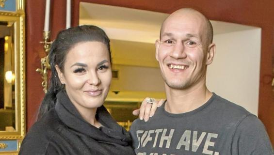 Nadia Ammouri ja Amin Asikainen poseeraavat Seiskalle