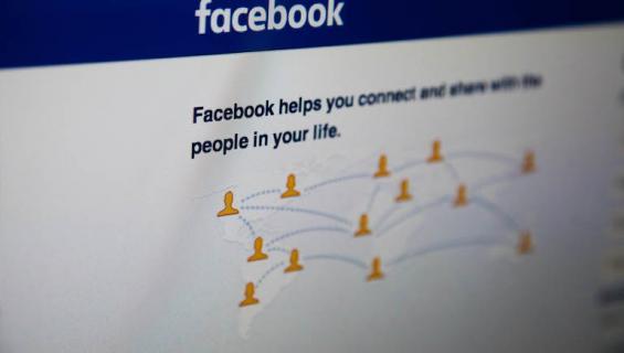 Mies halusi tykkäyksiä Facebookissa.