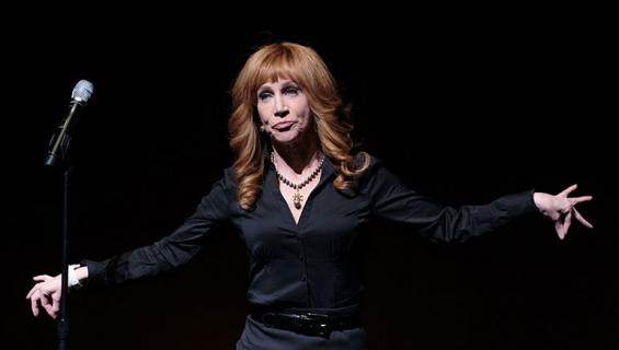 Kathy Griffin poseeraa lavalla