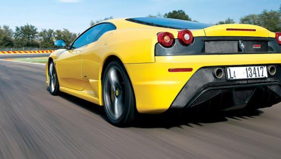Mies kolaroi Ferrarinsa tunti oston jälkeen.