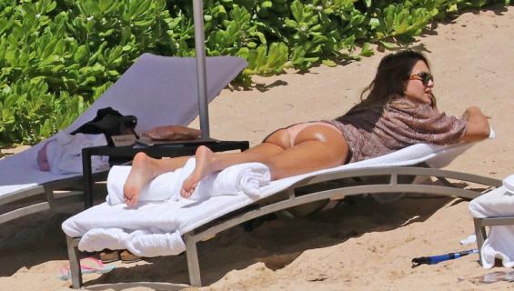 Jessica Alba rannalla bikinikuvissa