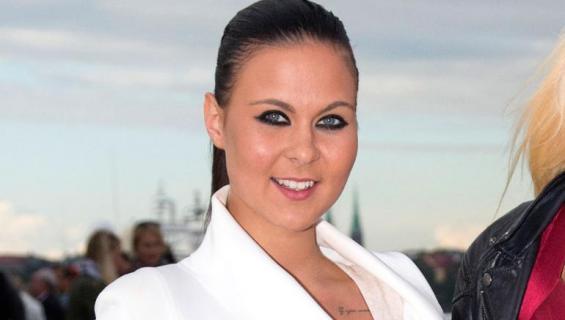 Alina Välimäki poseeraa Seiskalle