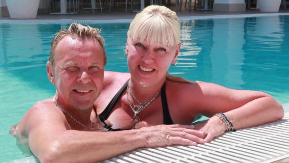 Matti ja Pia uima-altaalla Espanjassa häidensä vuosipäivää viettämässä.