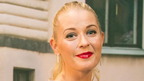 Monika Lindeman näyttelee Salatuissa elämissä rikostutkija Linda Eerikäistä.