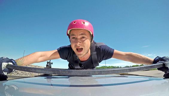 Niko Saarinen auton katolla
