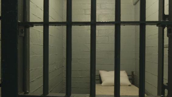 Mies istuu vankilassa 10 vuotta ylimääräistä.