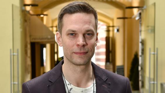 Mikko Nousiainen poseeraa Seiskalle