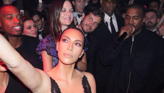 Kim Kardashian ottaa selfiet yläviistosta.
