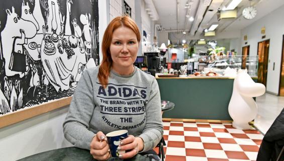 Sanna Kiiski pyörittää kahvilaa.