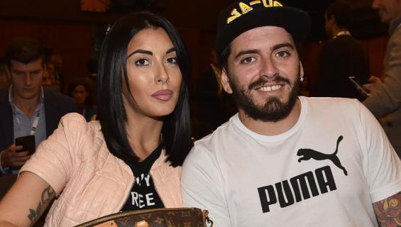 Maradonan poika esittelee vaimonsa masua.
