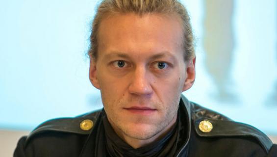 Jukka Hilden lähestyi naisia Tinderissä.