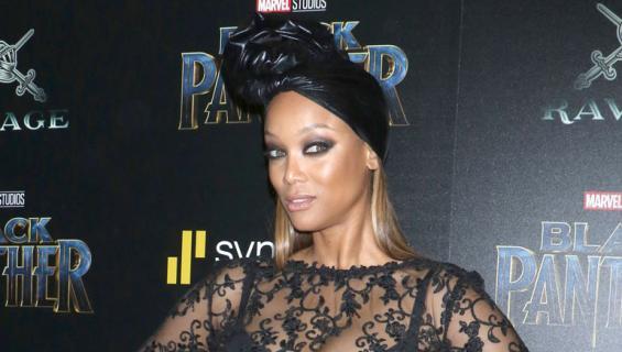 Tyra Banks läpinäkyvässä mekossa.