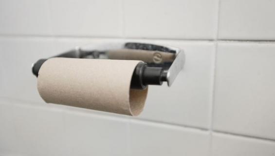 Vessapaperirullaa voi käyttää myös peniksen mittaamiseen.