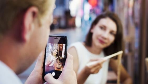Moni kuvaa ruokansa Instagramiin.