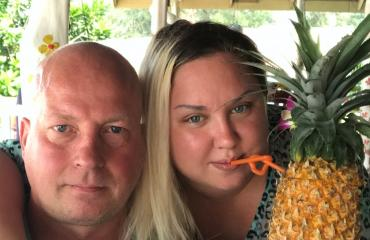 henna kalinainen ja juha thaimaassa imevät ananasta