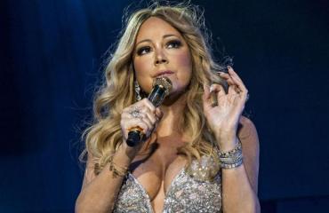 Mariah Carey esiintyy.