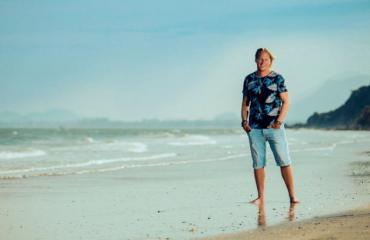 Sami Kuronen juontaa Nelosen Temptation Island -ohjelman.
