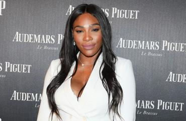 Serena Williams punaisella matolla.