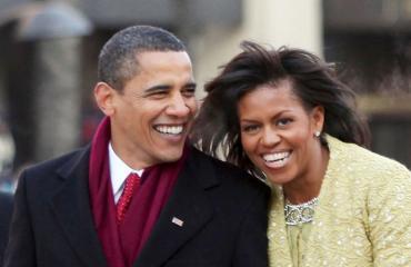 Barack ja Michelle Obama kävelevät Pennsylvania Avenuella tammikuussa 2009.