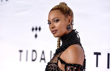 Beyoncé Knowles punaisella matolla