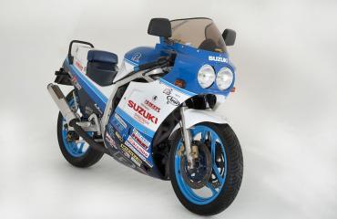 Miehen seksuaalisten toimien uhriksi valikoitua sininen Suzuki.