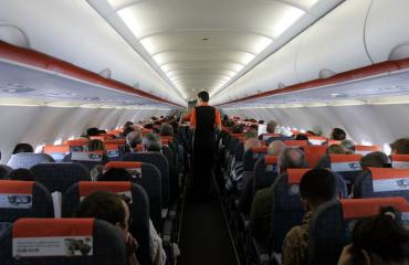 Selkänojan kallistaminen ärsyttää lentomatkustajia.