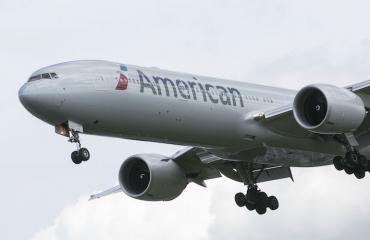 Mies tyydytti itseään American Airlinesin lennolla.