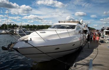 Teemu Selänteen huvijahti Lucky Eight on ankkuroitu Kotkan satamaan.