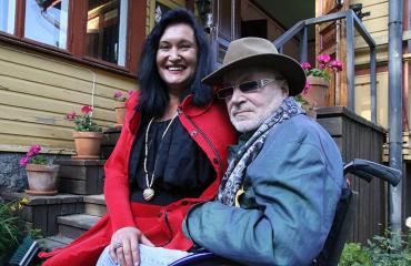 Leila ja Juhani Palmu talonsa pihamaalla.