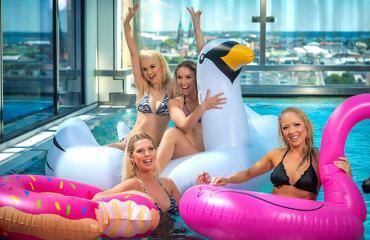 Miss Helsinki -finalistit uima-altaalla