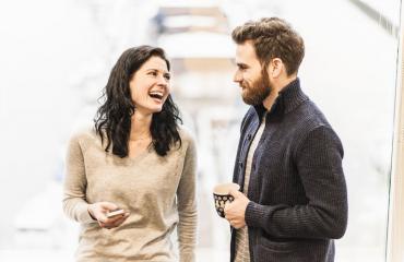 Huumorintajuiset miehet ovat naisten mieleen.