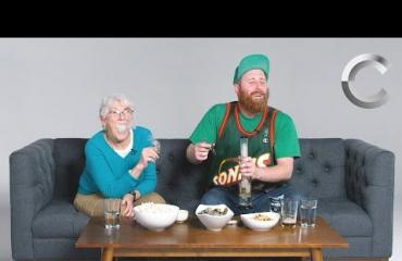 Lapsenlapsi löysi yhteisen harrastuksen mummonsa kanssa: polttavat kannabista ja puhuvat pornosta - katso!