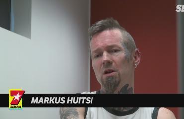 Tältä faninsa murhasta tuomittu iskelmätähti Markus Huitsi näytti jäädessään kiinni poliisille: näin verityöilta eteni – kuvat ja video