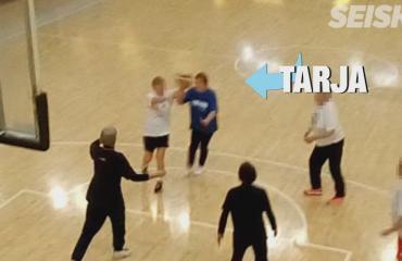 """""""Sehän on Tarja Halonen!"""" Presidentti hämmästytti koripallotaidoillaan Töölön kisahallissa - huima video ja kuvat!"""