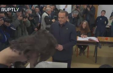 Oho, topless-aktivisti yllätti Berlusconin! Katso video!