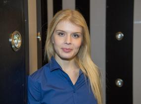 Alina Tomnikov on yksi uusista Putous-näyttelijöistä.